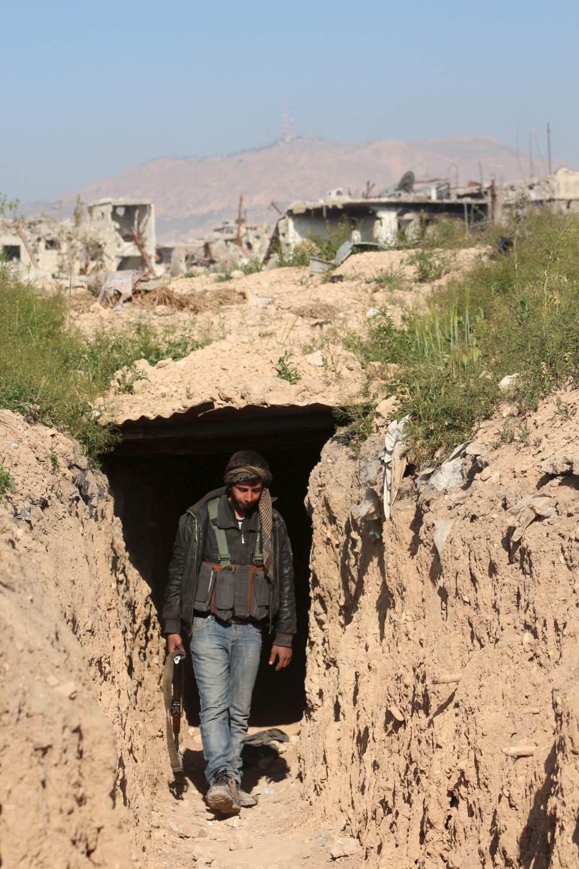 مقاتل يخرج من نفق بين عين ترما وجوبر في الغوطة الشرقية - 5 نيسان 2015 (رويترز)