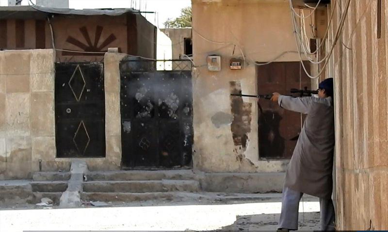 مقاتل من تنظيم الدولة الإسلامية في مدينة الرقة شمال شرق سوريا - (أعماق)
