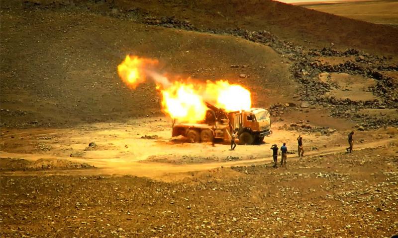 راجمة صواريخ لجيش أسود الشرقية أثناء استهدافها مواقع الأسد في البادية السورية - (أسود الشرقية)