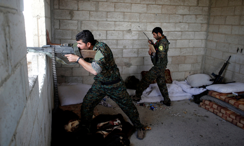 مقاتلين من قوات سوريا الديموقراطية خلال المعارك الدائرة مع تنظيم الدولة الإسلامية - 3 تموز 2017 - (رويترز)