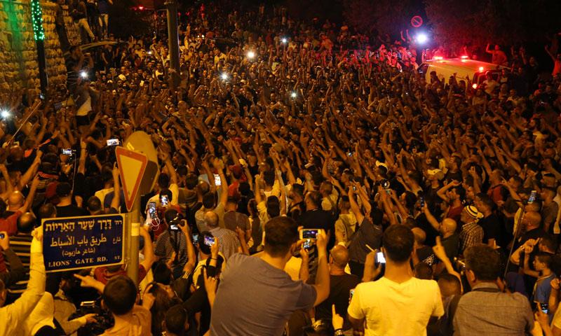 متظاهرون في ساحات القدس يطالبون بإزالة البوابات الإلكترونية التي فرضتها إسرائيل (WAMU.org)