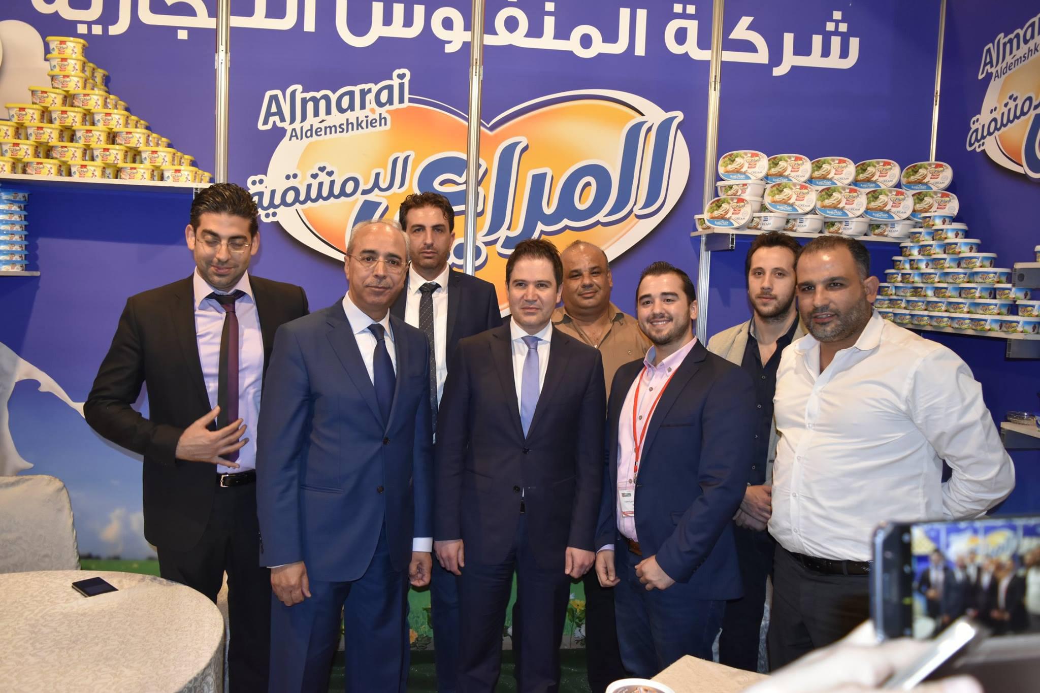 """وزير السياحة في حكومة النظام السوري، بشر يازجي، في فرع شركة """"المنفوش"""" في 5 أيار 2017 (فيس بوك)"""
