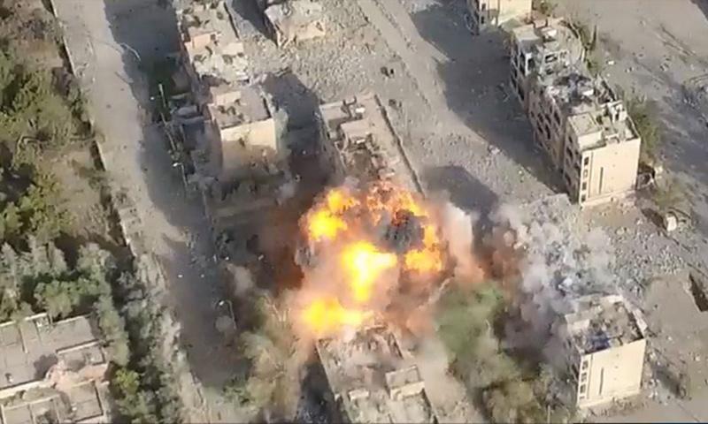 العملية الانتحارية التي نفذها عنصر من تنظيم الدولة في حي نزلة شحادة جنوب الرقة - 26 تموز 2017