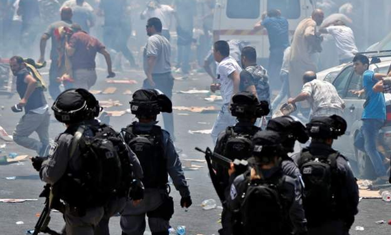 مواجهات بين فلسطينيين والشرطة الإسرائيلية عقب صلاة الجمعة - 21 تموز 2017 - (AFP)