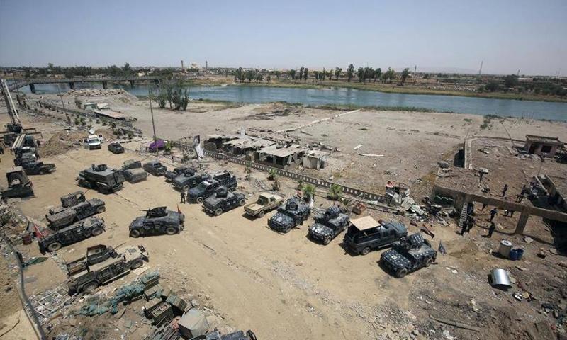 القوات العراقية على أطراف نهر دجلة في مدينة الموصل - 9 تموز 2017 - (وكالات)