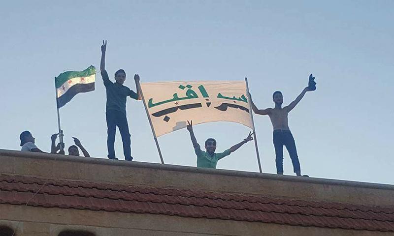 متظاهرون في مدينة سراقب رفضًا لاقتتال الفصائل العسكرية 20 تموز 2017 - (فيس بوك)