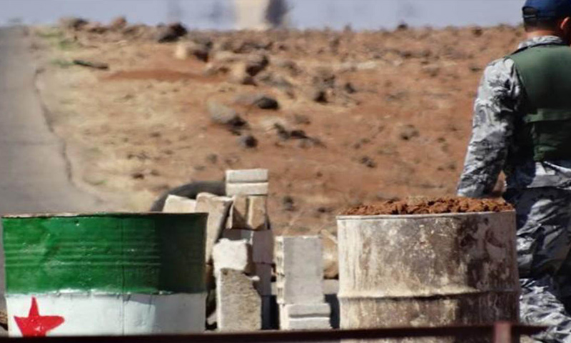 مقاتل من الجيش الحر على حاجز في ريف مدينة درعا - (انترنت)