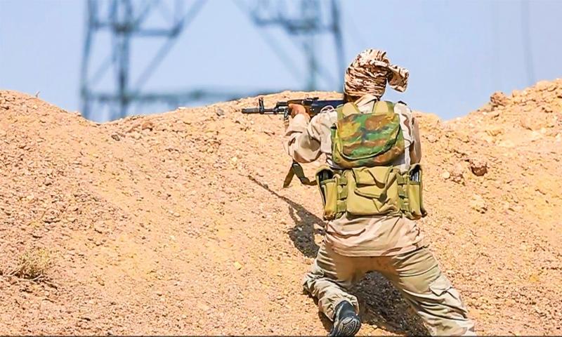 """مقاتل في تنظيم """"الدولة الإسلامية"""" في دير الزور (المكتب الإعلامي لولاية الخير كما يطلق عليها التنظيم)"""