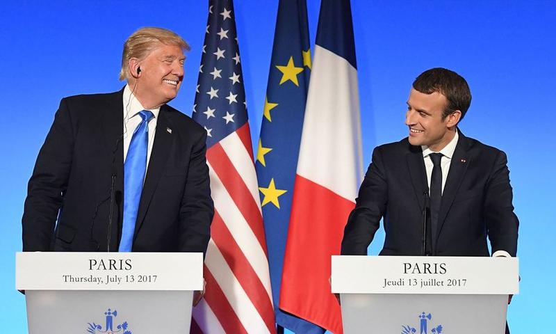 الرئيس الفرنسي إيمانويل ماكرون ونظيره الأمريكي دونالد ترامب - الخميس 13 تموز 2017 - (AFP)
