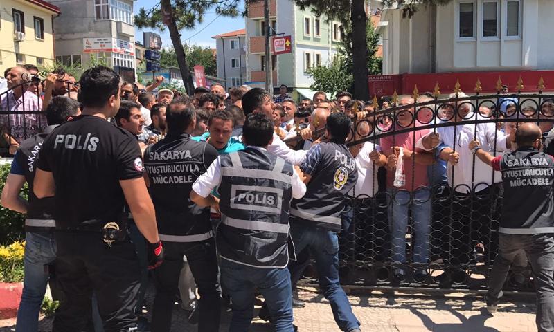 جموع تركية غاضبة أمام محكمة صقاريا تطالب بمحاسبة المتهمين (جريدة صباح)