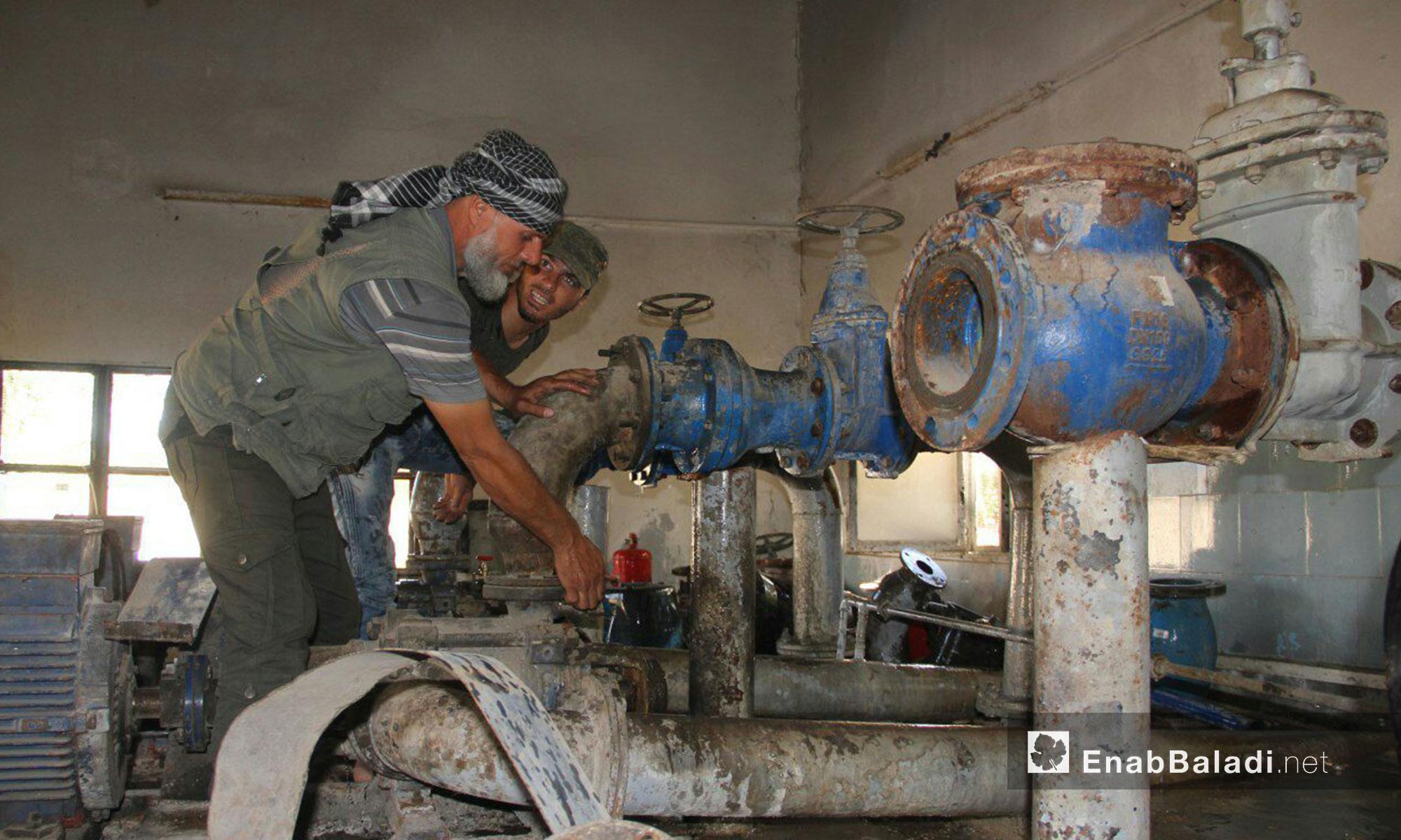 صيانة خراطيم ومعدات الآبار تجهيزًا لتشغيلها في بلدة قليدين في سهل الفاب بريف حماة الغربي - 9 تموز 2017 (عنب بلدي)