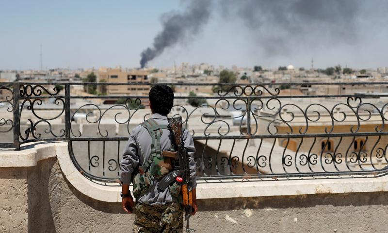 مقاتل من قوات سوريا الديموقراطية على الجبهات العسكرية في مدينة الرقة - آذار 2017 - (رويترز)
