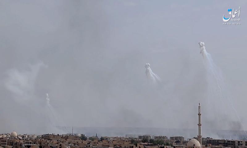 """صورة من تسجيل مصور نشرته وكالة """"أعماق"""" لقصف الرقة بالفوسفور الأبيض - 18 تموز 2017 (أعماق)"""