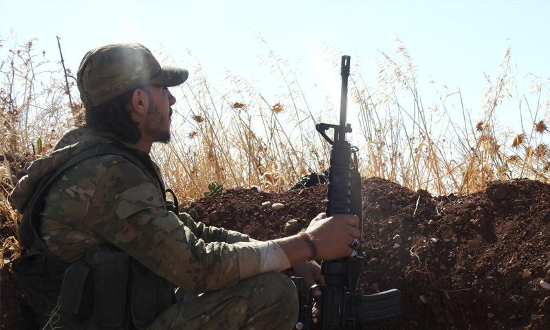 مقاتل من هيئة تحرير الشام على الجبهات العسكرية في ريف حماة الشمالي - 19 تموز 2017 - (وكالة إباء)