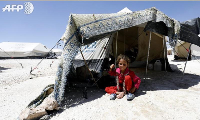 طفل من قرى محافظة الرقة في مخيم عين عيسى - (AFP)