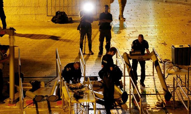 السلطات الإسرائيلية تزيل البوابات الإلكترونية من مداخل المسجد الأقصى - 25 تموز 2017 - (رويترز)