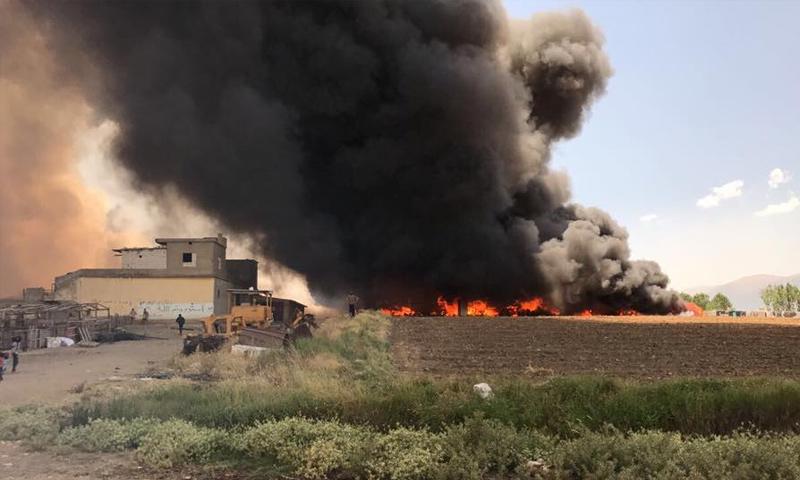 الحريق الذي شب في مخيم اللاجئين السوريين في البقاع بلبنان - 2 تموز 2017 - (تويتر)