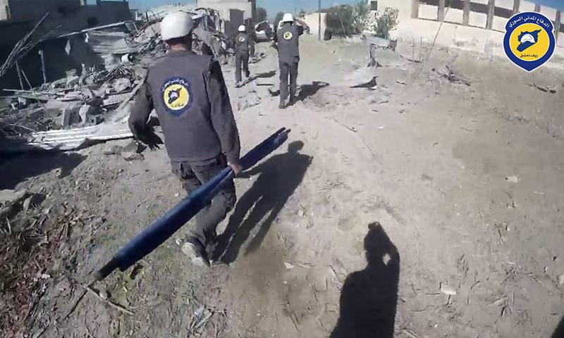 فرق الدفاع المدني تخلي جرحى القصف الجوي على بلدة حزة في الغوطة الشرقية - 16 تموز 2017 - (الدفاع المدني)