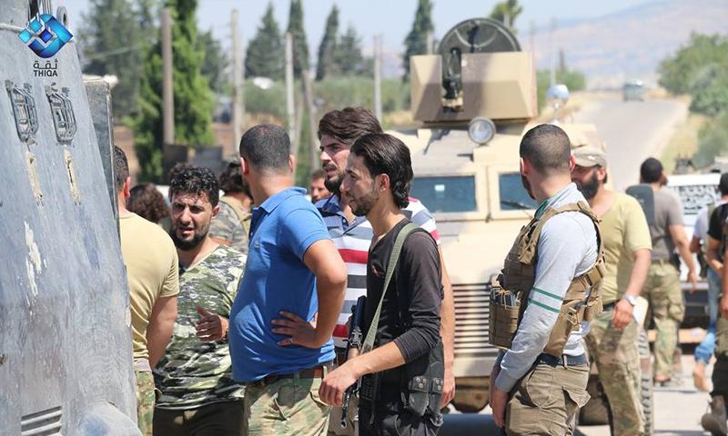 عناصر من غرفة عمليات أهل الديار أثناء استعدادهم للهجوم على مواقع قسد بريف حلب الشمالي - 17 تموز 2017 - (وكالة ثقة)
