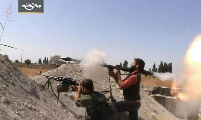 عناصر من جيش الإسلام على أثناء صد تقدم قوات الأسد على بلدة حوش الضواهرة - 14 تموز 2017 - (جيش الإسلام)
