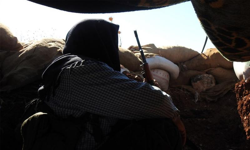مقاتل من هيئة تحرير الشام على الجبهات العسكرية في ريف حماة الشمالي - (وكالة إباء)