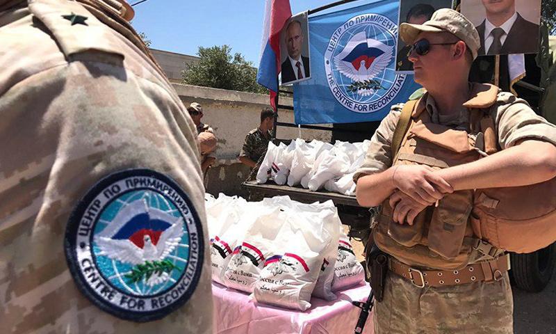 عناصر من الشرطة الروسية برفقة شاحنات الإغاثة إلى الغوطة الشرقية - 25 تموز 2017 - (مركز حميميم)