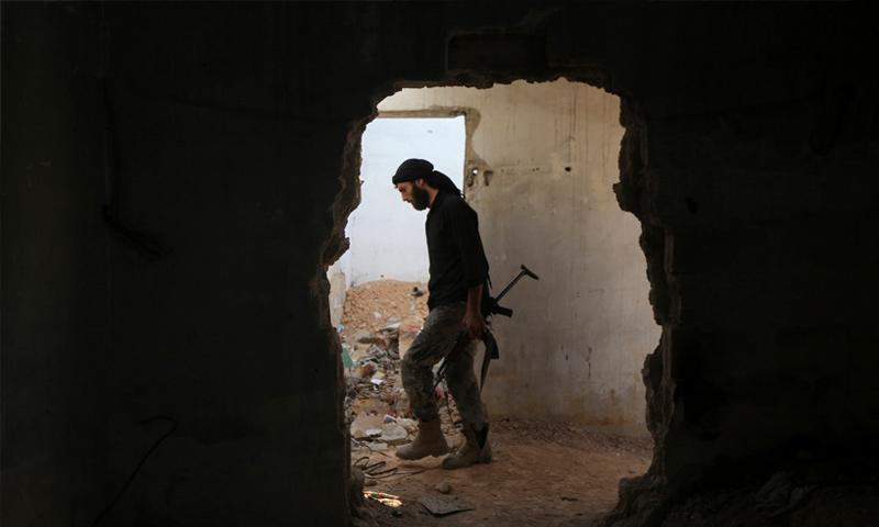 مقاتل من فصيل فيلق الرحمن في حي جوبر شرق العاصمة دمشق - (رويترز)مقاتل من فصيل فيلق الرحمن في حي جوبر شرق العاصمة دمشق - (رويترز)