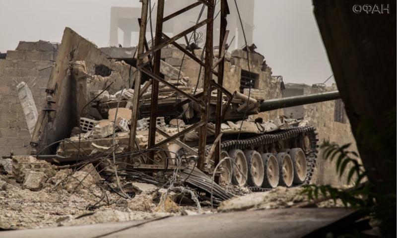 دبابة تابعة لقوات الأسد تؤازر وتوفير التغطية للمجموعة المحاصرة - 11 تموز 2017 (riafan.ru)