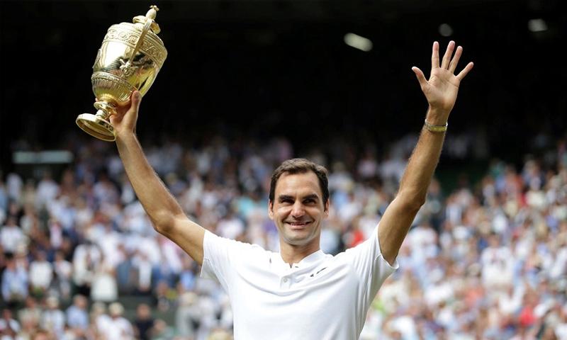 """لاعب التنس السويسري روجر فيدرر ينال لقب بطولة """"ويمبلدون"""" - الأحد 16 تموز 2017 - (AP)"""