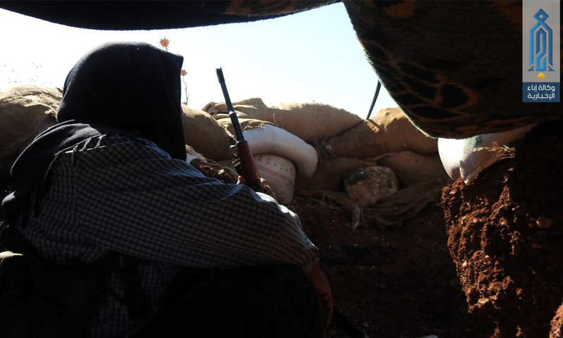 """مقاتل من """"تحرير الشام"""" في ريف حماة الشمالي - 19 تموز 2017 (وكالة إباء)"""