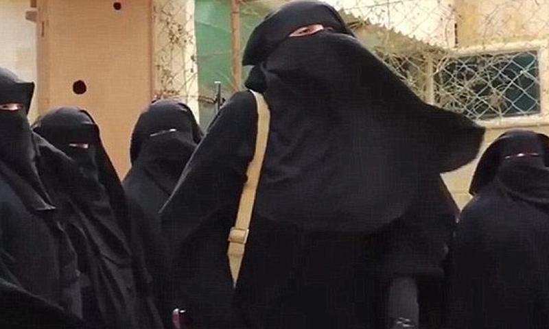 """تعبيرية: نساء من كتيبة """"الخنساء"""" النسائية في الرقة (ديلي ميل)"""