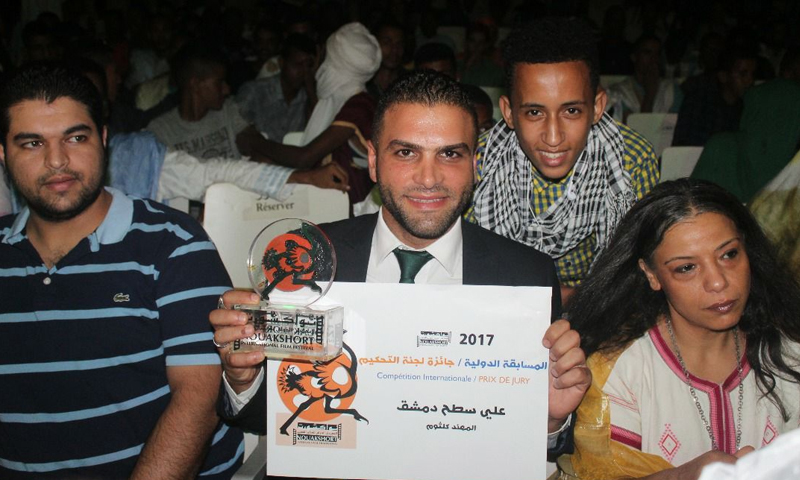 """المخرج السوري المهند كلثوم أثناء تسلمه جائزة """"نواكشورت"""" الدولية - الخميس 27 تموز - (فيس بوك)"""