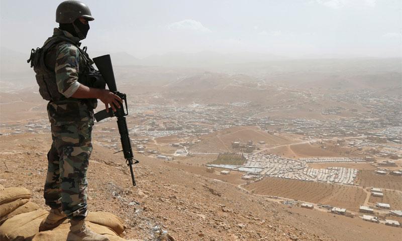 جندي لبناني يقف على تلة على الحدود السورية اللبنانية 21 تموز 2017 (رويترز)