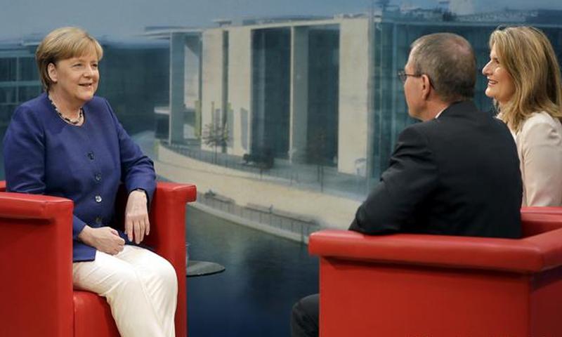 المستشارة الألمانية أنجيلا ميركل في مقابلة مع تلفزيون (ARD) - الأحد 16 تموز 2017 - (ARD)