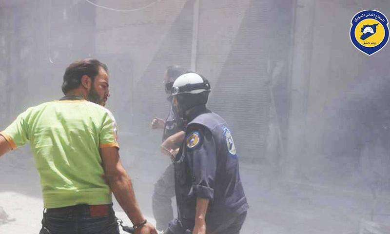 عناصر الدفاع المدني يسعفون المدنيين في كفربطنا بالغوطة الشرقية - 10 تموز 2017 (الدفاع المدني في ريف دمشق)