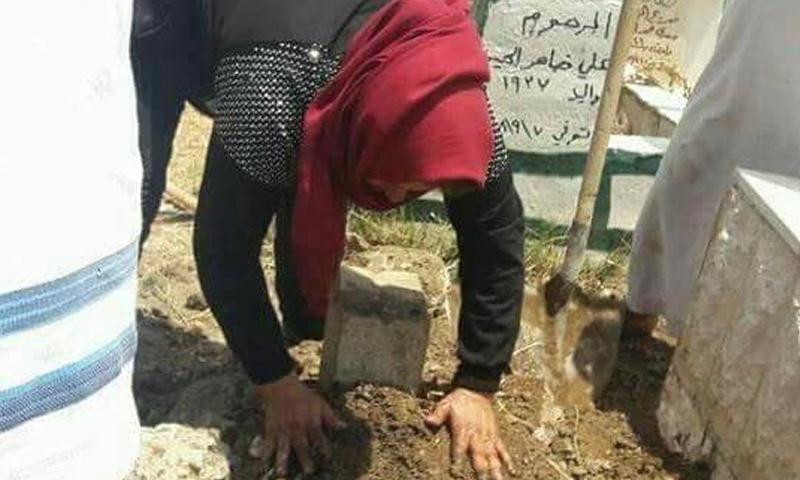 اللبنانية قرب قبر ابنها شمال لبنان (فيس بوك)