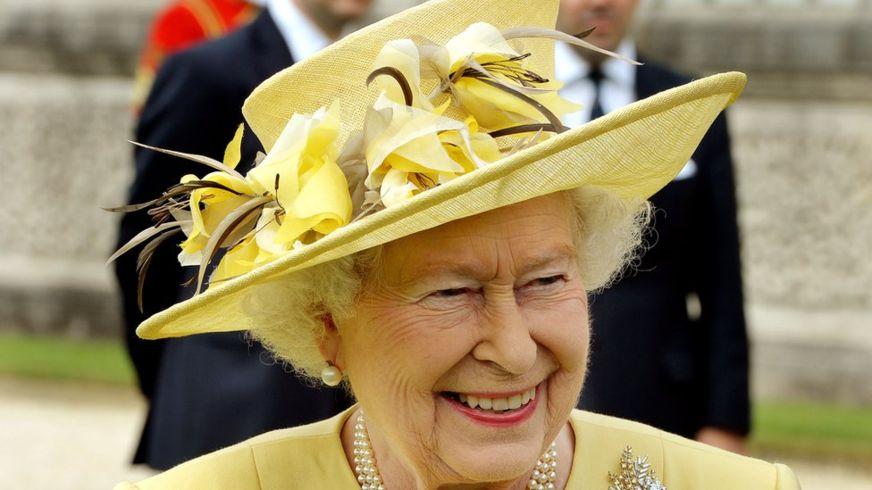 الملكلة البريطانية، إليزابيث الثانية، وهي ترتدي قبعتها المزركشة (غيتي)