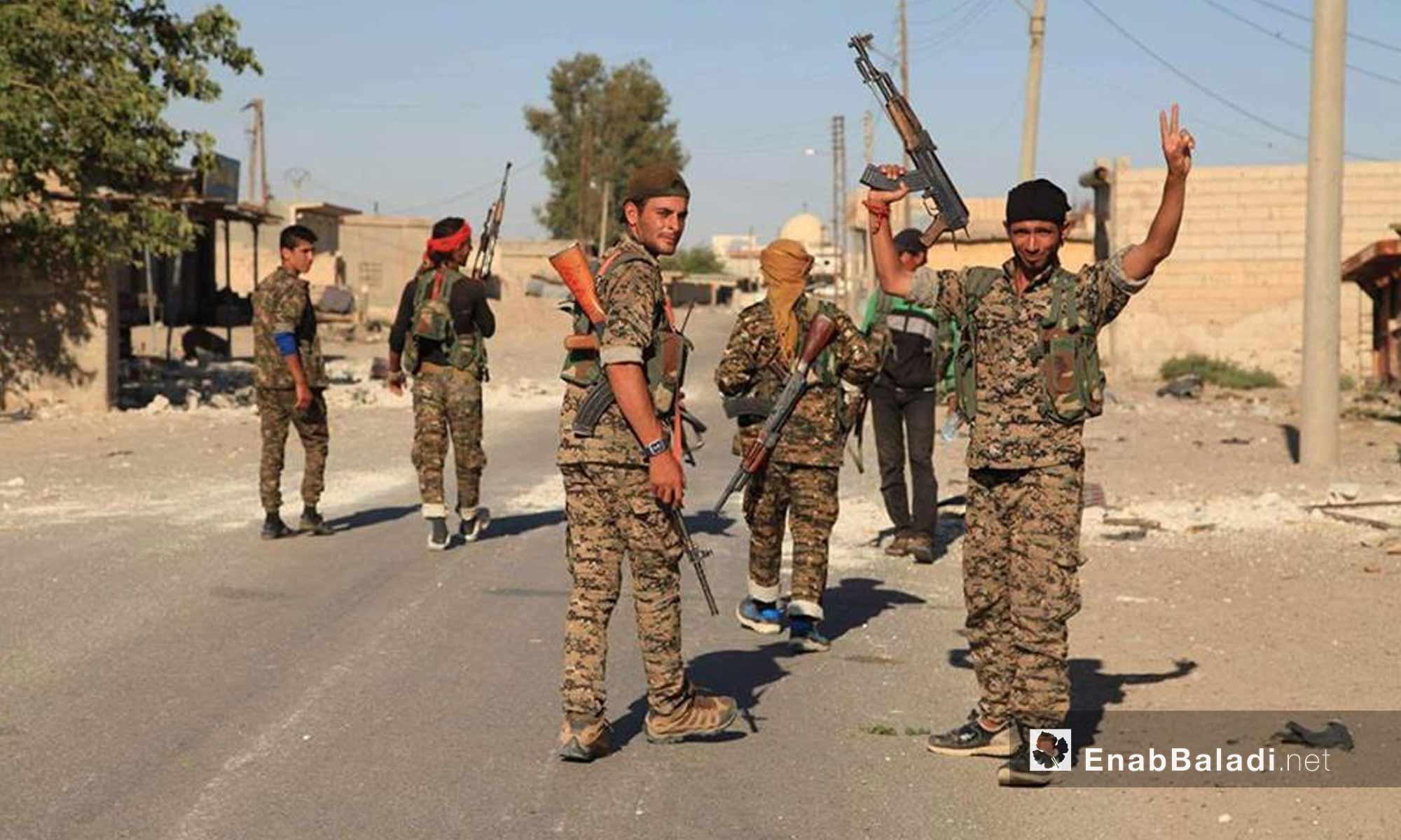 عناصر من قوات سوريا الديموقراطية في حي الصناعة في مدينة الرقة - 28 تموز 2017 -(عنب بلدي)