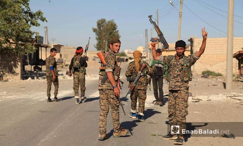 عناصر من قوات سوريا الديموقراطية في حي الصناعة في مدينة الرقة - 28 تموز 2017 - (عنب بلدي)