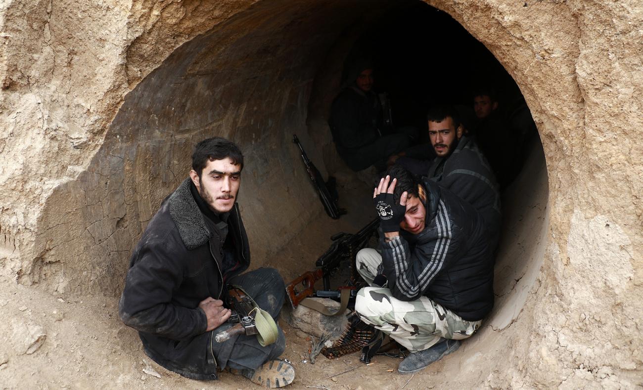 """مقاتلون من """"فيلق الرحمن"""" على جبهة مرج السلطان في الغوطة الشرقية (عبد المنعم عيسى/AFP)"""
