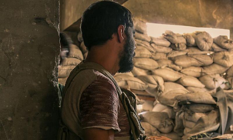 مقاتل من حركة أحرار الشام الإسلامية على الجبهات العسكرية في حي جمعية الزهراء بريف حلب - (أحرار الشام)