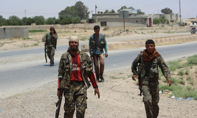 عناصر من قوات سوريا الديموقراطية في محيط مدينة الرقة - 20 حزيران 2017 - (غضب الفرات)
