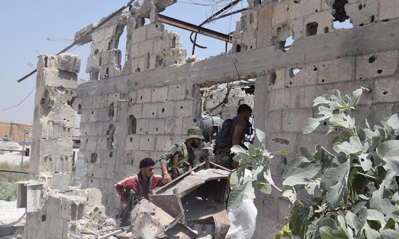 عناصر من قوات الأسد أثناء محاولة اقحامها لبلدة عين ترما في الغوطة الشرقية - 17 تموز 2017 - (وسام الطير)