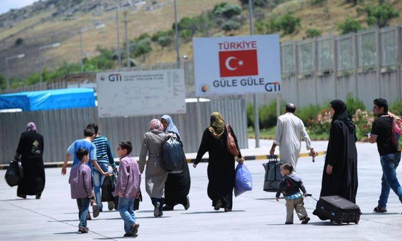 عدد اللاجئين السوريين في تركيا بلغ مليونين و957 ألفًا - (انترنت)