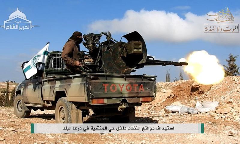 """تعبيرية: مقاتل من """"هيئة تحرير الشام"""" في درعا البلد - شباط 2017 (تحرير الشام)"""