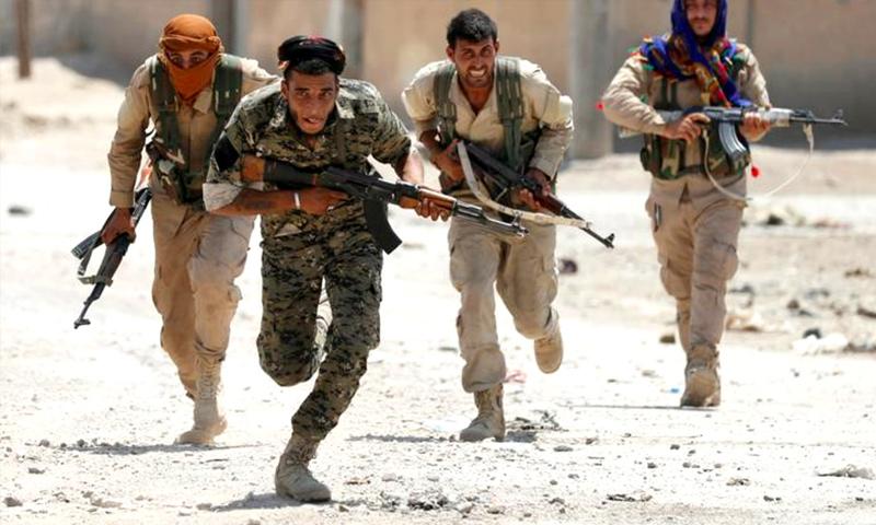 عناصر من قوات سوريا الديموقراطية في أحياء مدينة الرقة - (رويترز)