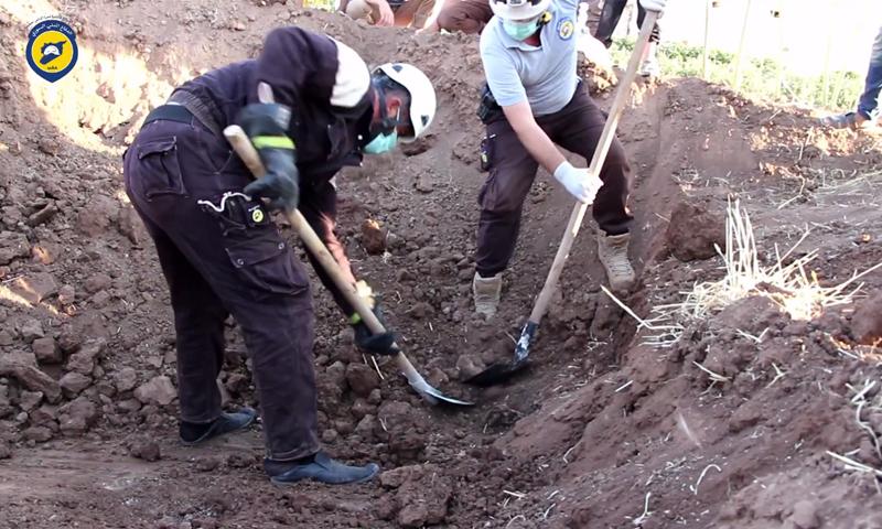 عناصر الدفاع المدني في حلب تنقل جثث المقبرةاللجماعية في قرية اسنبل شمال حلب - 24 تموز 2017 (الدفاع المدني)