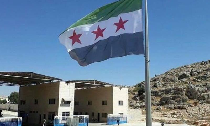 علم الثورة السورية يرفرف في معبر باب الهوى - 8 تموز 2017 (تويتر)