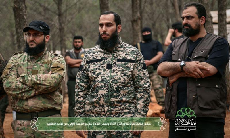 علي العمر قائد أحرار الشام (منتصف الصورة) ونائبه جابر علي باشا (يسار الصورة) وحسن صوفان (يمين الصورة)