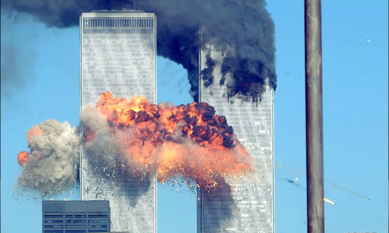 برجا التجارة العالميين في نيويورك أثناء اصصدام الطائرات - 11 أيلول 2001 - (انترنت)